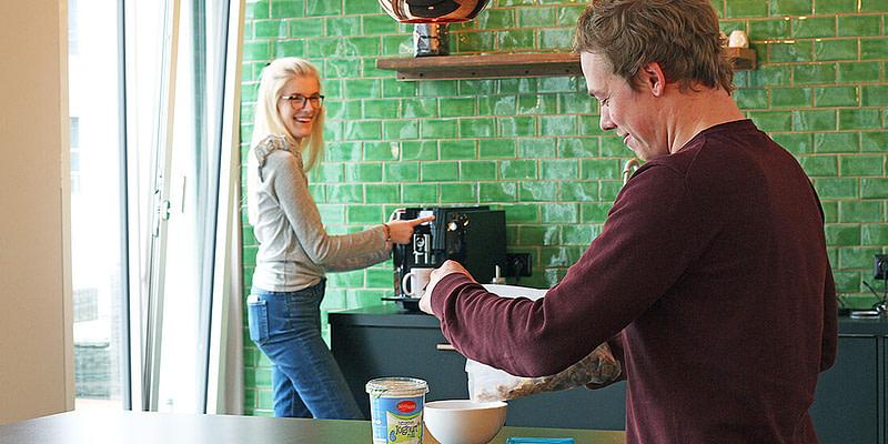 Tom und Charlotte machen Frühstück